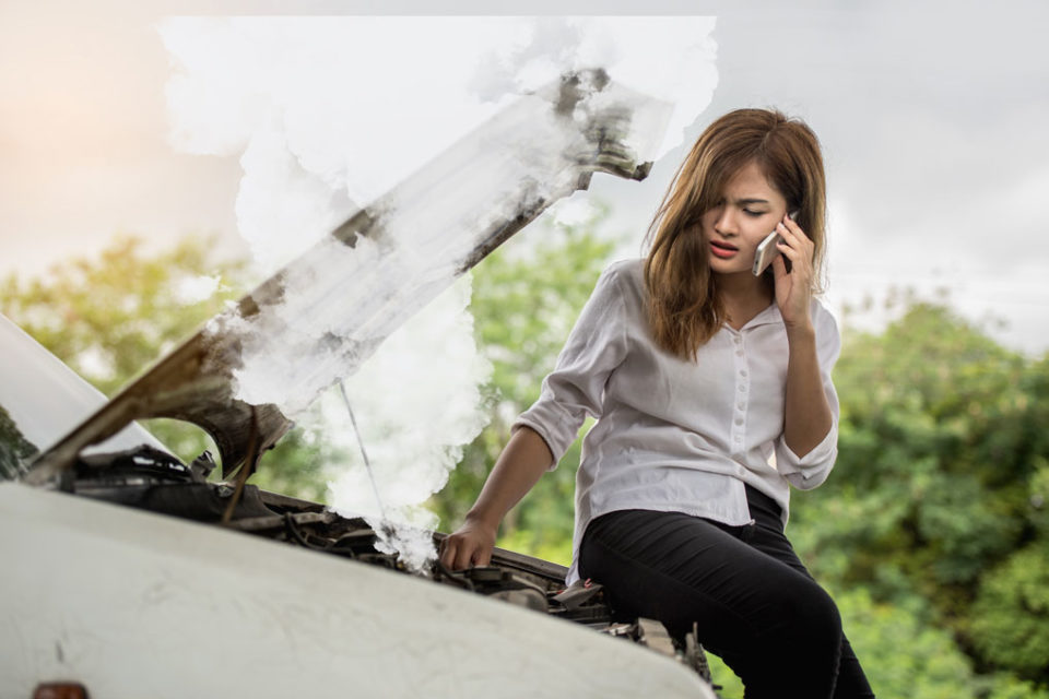https://www.shutterstock.com/image-photo/beautiful-woman-car-engine-defective-beside-650013733?irgwc=1&utm_medium=Affiliate&utm_campaign=Hans%20Braxmeier%20und%20Simon%20Steinberger%20GbR&utm_source=44814&utm_term=