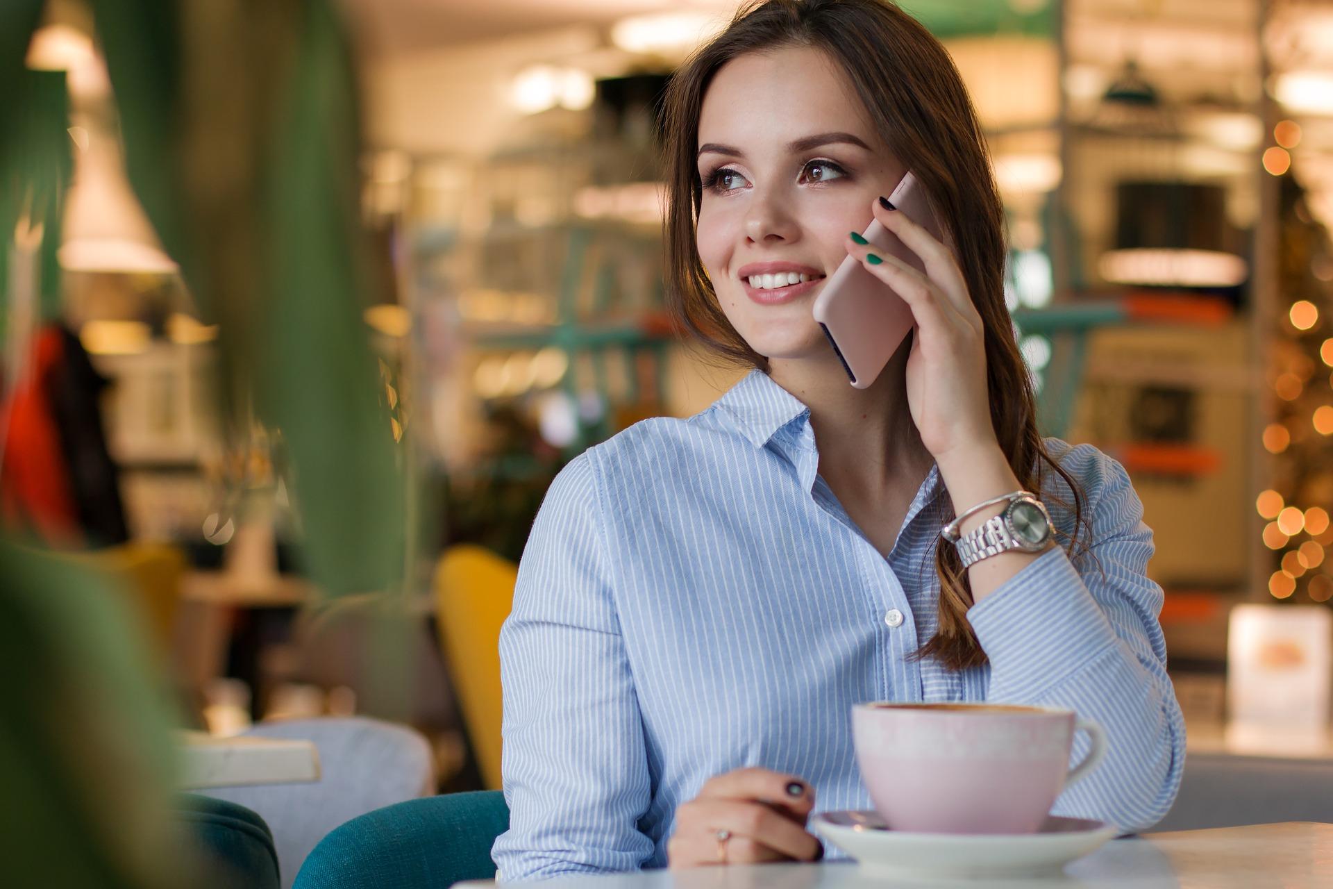 Картинка девушка с телефоном, месяцев